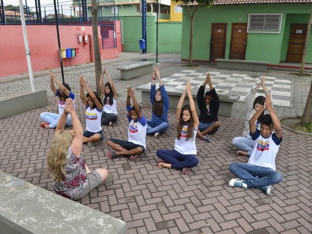 Estudantes fazem meditação nas aulas no Espírito Santo (Foto: Guilherme Ferrari/ A Gazeta)