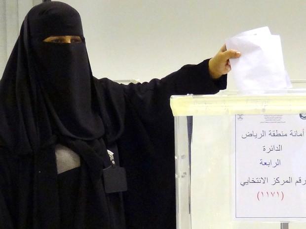 Mulher vota em Riad, na Arábia Saudita (Foto: Dina Fouad/AFP)