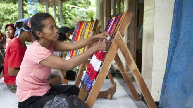 Moradora desenvolve atividades para inclusão econômica e social em vila da Indonésia com índice raro de moradores com deficiências físicas e cognitivas