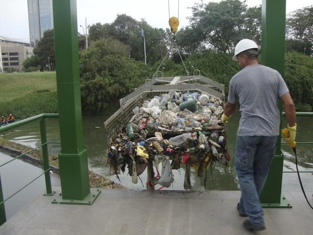 Resíduos são içados por gaiola até a superfície (Foto: Cibele Carneiro/PMPA)