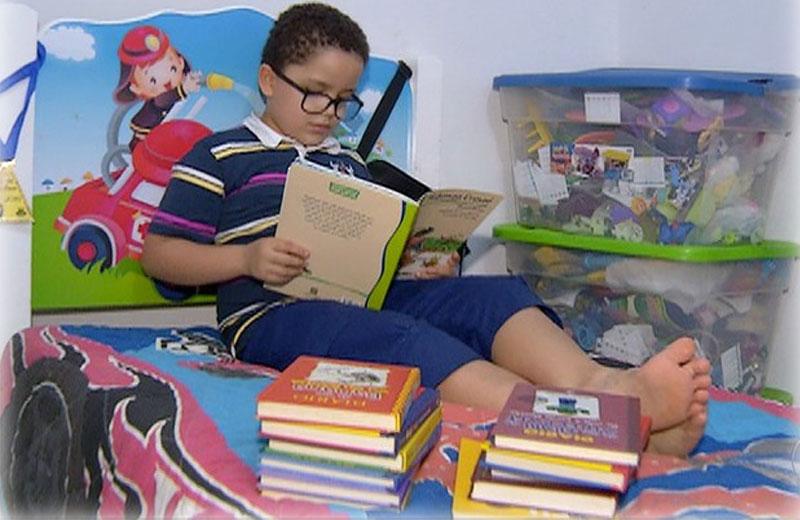 garoto-livros-close